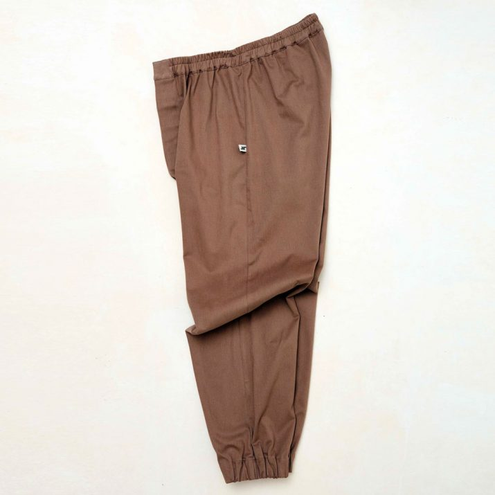 Vista lateral de Pantalón basic cotton marrón